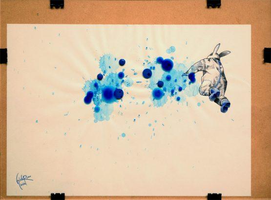 #007 本誌18~19頁の見開き写真をベースに描いたカット。 空中に集まったブルーに向けて手をかざし、一つにまとめ合わせようとしているウサギ星人。 このカットではウサギ星人の体に陰影をつけるタッチを漫画の集中線のように描くことで効果を与えています。